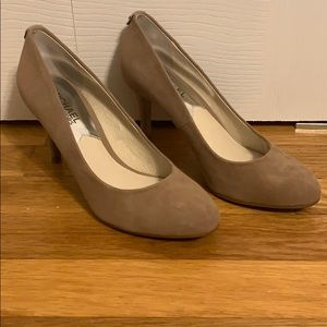 NEVER WORN Michael Michael Kors Nude Suede pumps